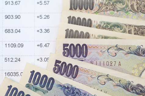 Close - up Japanese yen banknotes and stockmarket chart