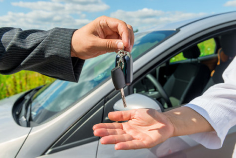 The solemn transfer the key the buyer of a new car